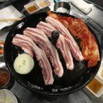 お肉が鍋の上で焼かれているところ