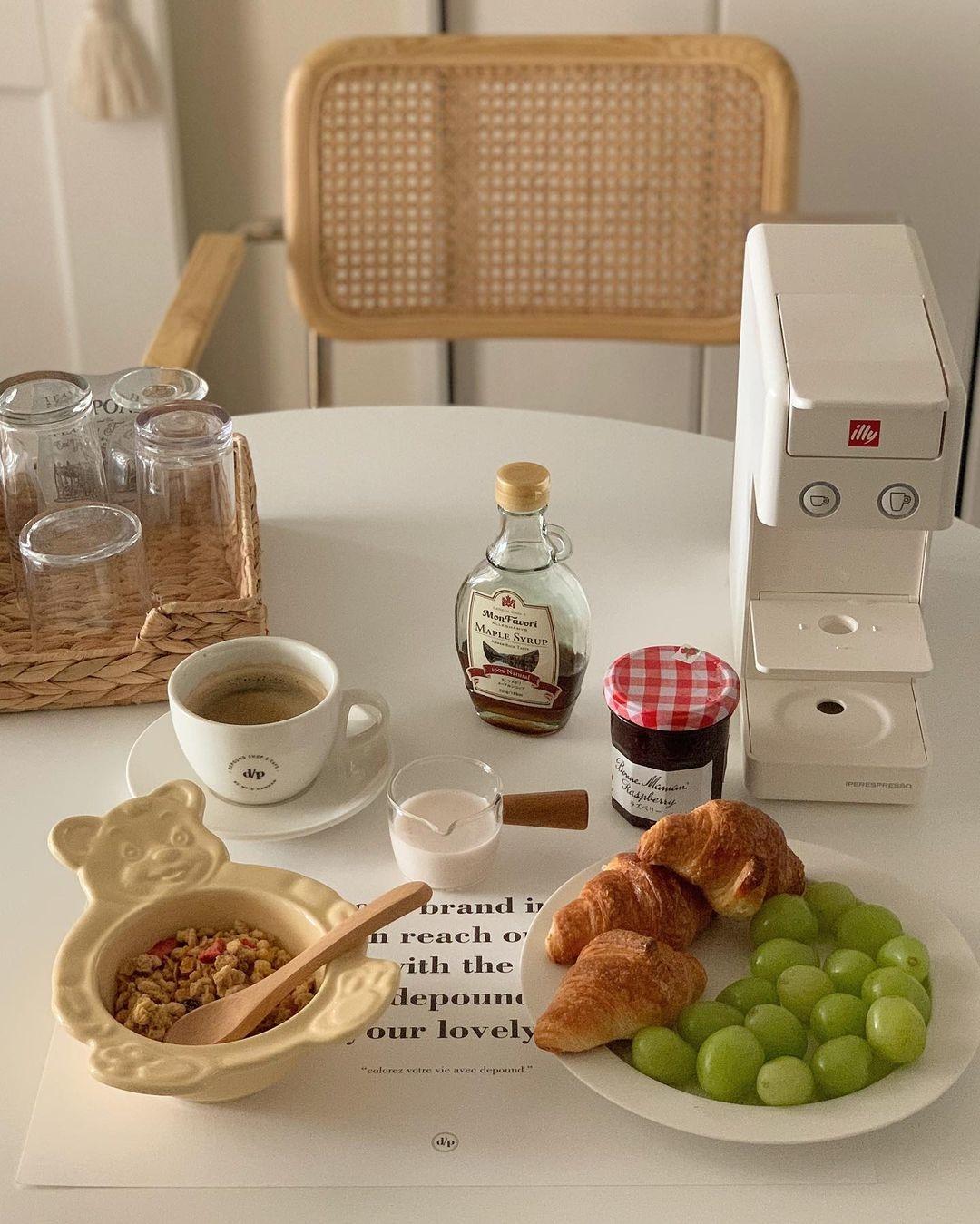 1.エスプレッソマシーンで贅沢な朝食シーンを