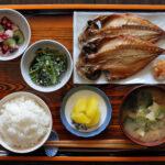 ホッケなどが入った和食の朝食セット