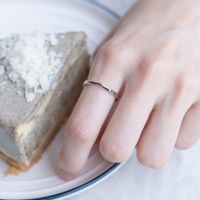 女性の手とケーキ