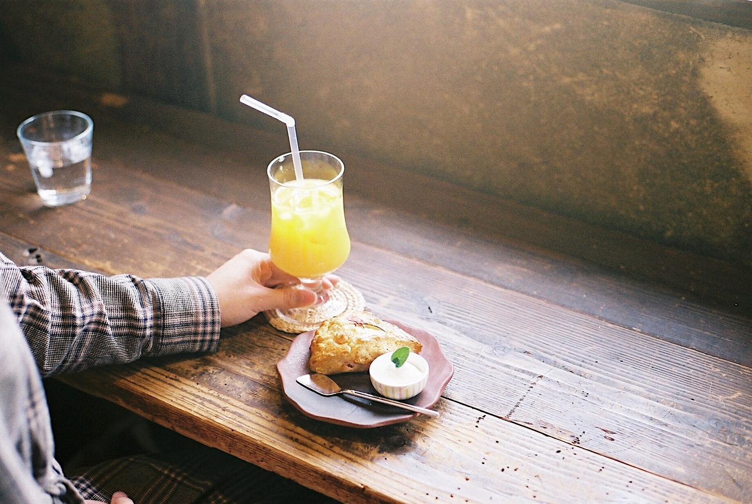 柑橘系のジュースをゴクリ