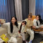 女性4人が部屋で写真撮影をしている