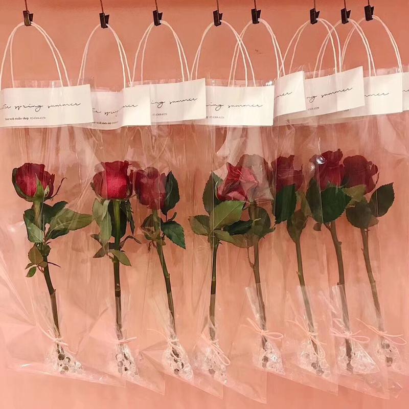 タイ:男性から女性にバラを贈るとか