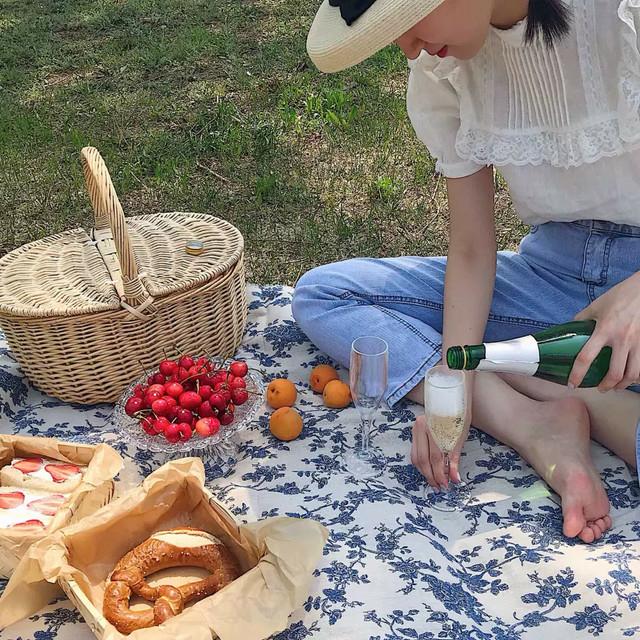 ピクニック中の帽子をかぶった女性