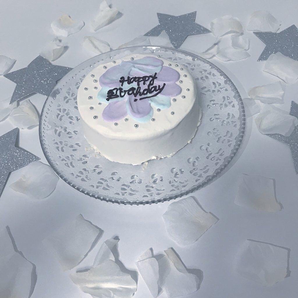 誕生日にケーキを見せる