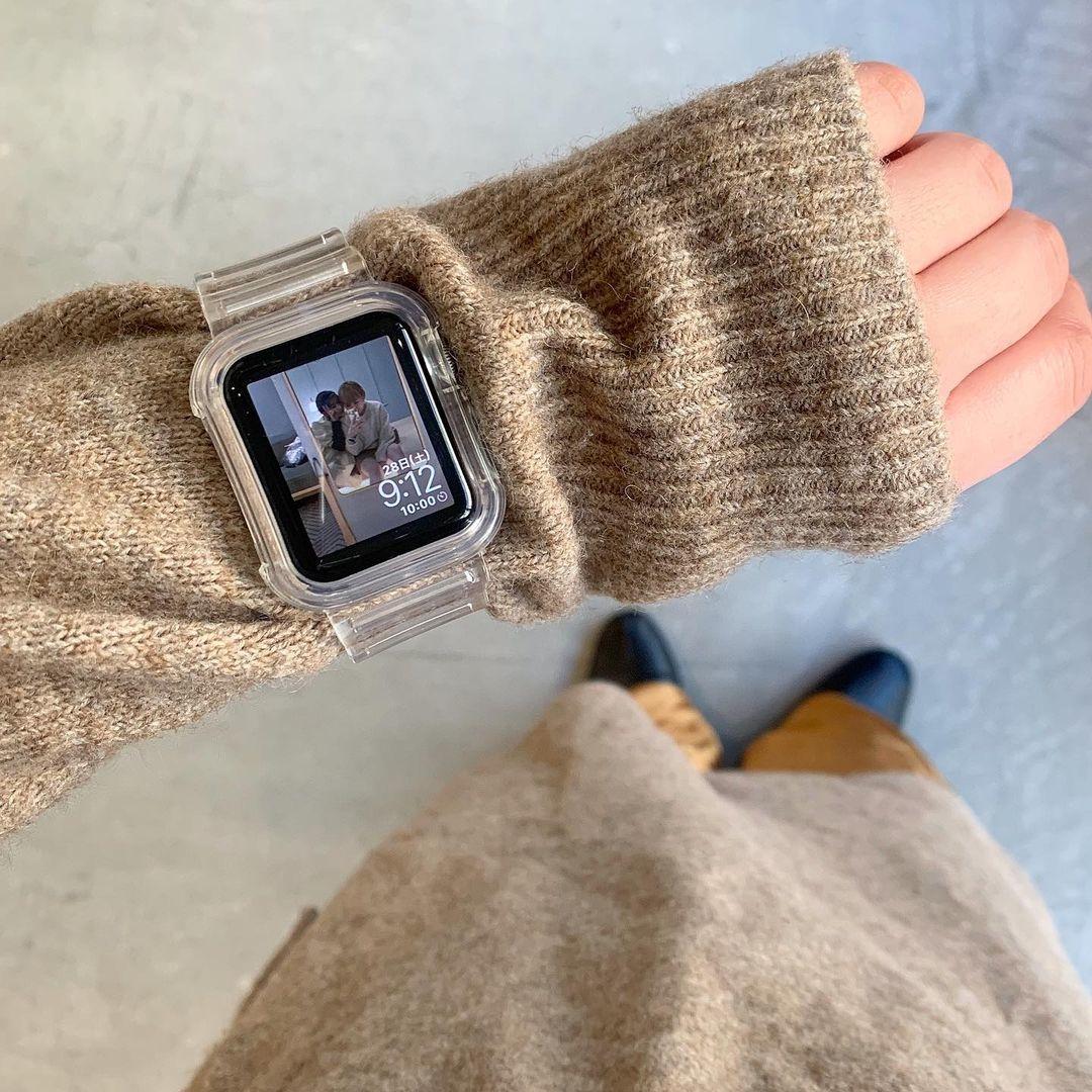 ニットの上から時計をつけてみて