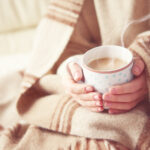 寒いけど暖房の風がニガテで…。エアコンをつけないで体を温めて冬を乗り切る方法