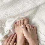 女性の手と足先