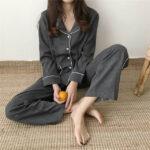 パジャマを着て座っている女性
