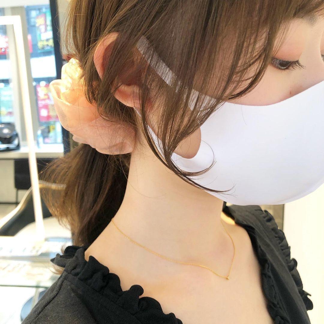 マスクをつけた女性の横顔