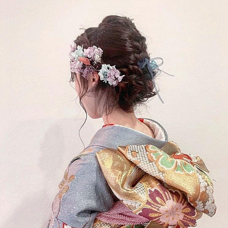 振袖の色に合わせてお花を選んでみて