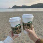 スターバックスコーヒーを持つ二人の女性の手元