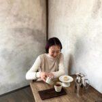 カフェでお茶をしている女性