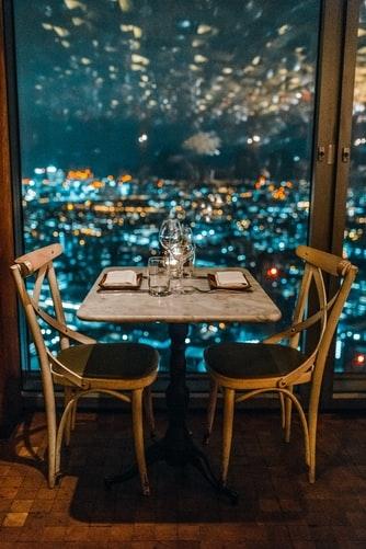 夜景の見えるレストランでムードを高めて