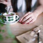 お茶を入れている女性の手元