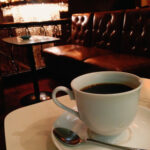 喫茶店内のテーブルに置かれたコーヒー