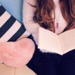 本を開いて座っている女性