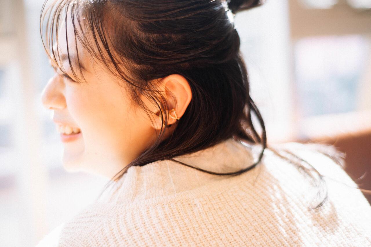 笑っている女性の横顔