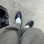 パンツ、バッグ、靴などを身につけた女性の下半身