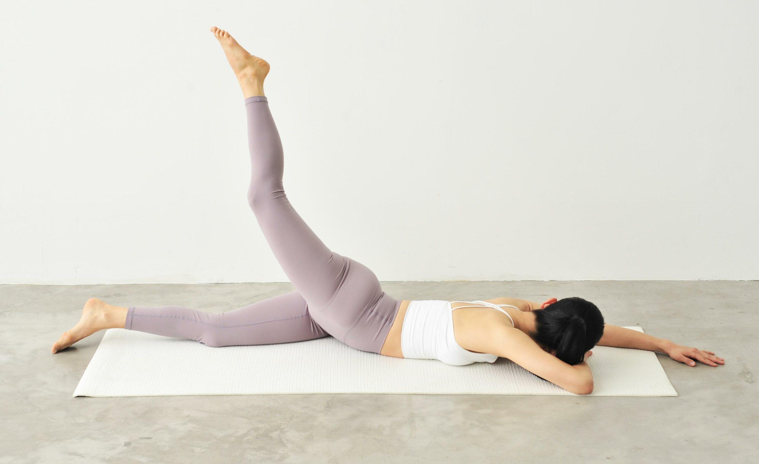 脚を上げて、体を左側に向けて伸ばす