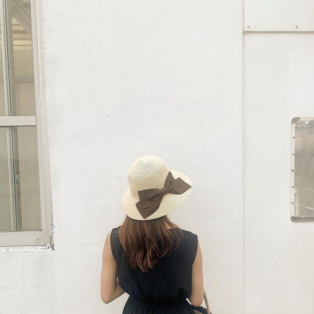 麦わら帽子をかぶった女の子の背中