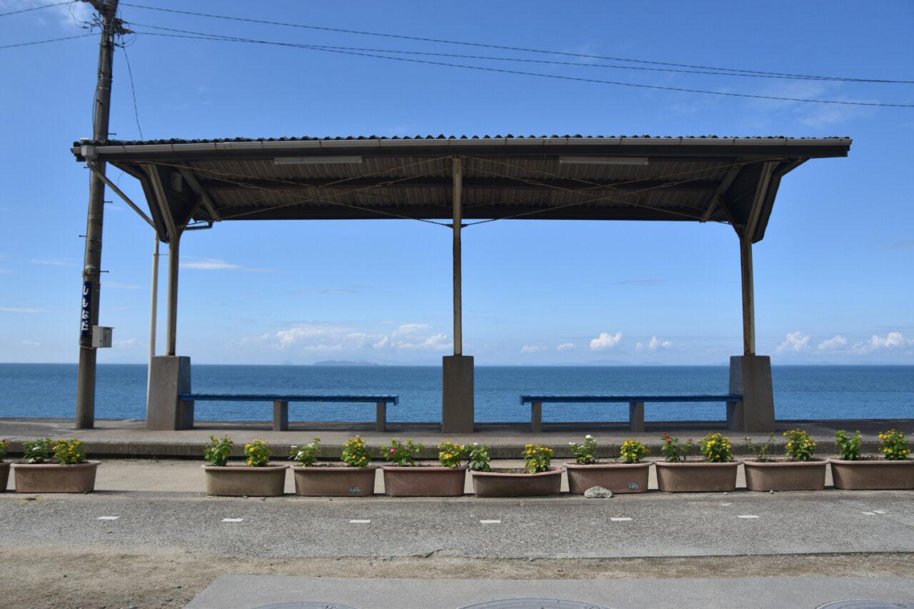 海を臨む駅舎