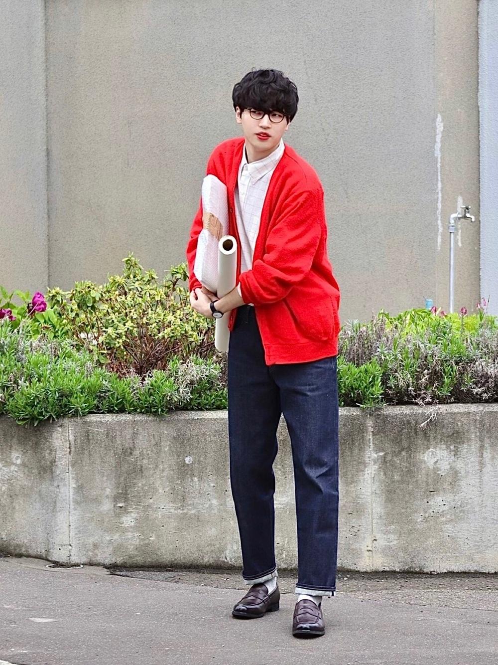 赤いカーディガンを着た男性