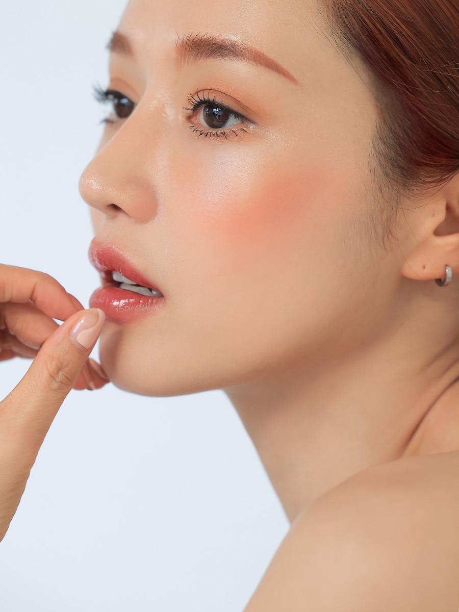 唇に触れる女性