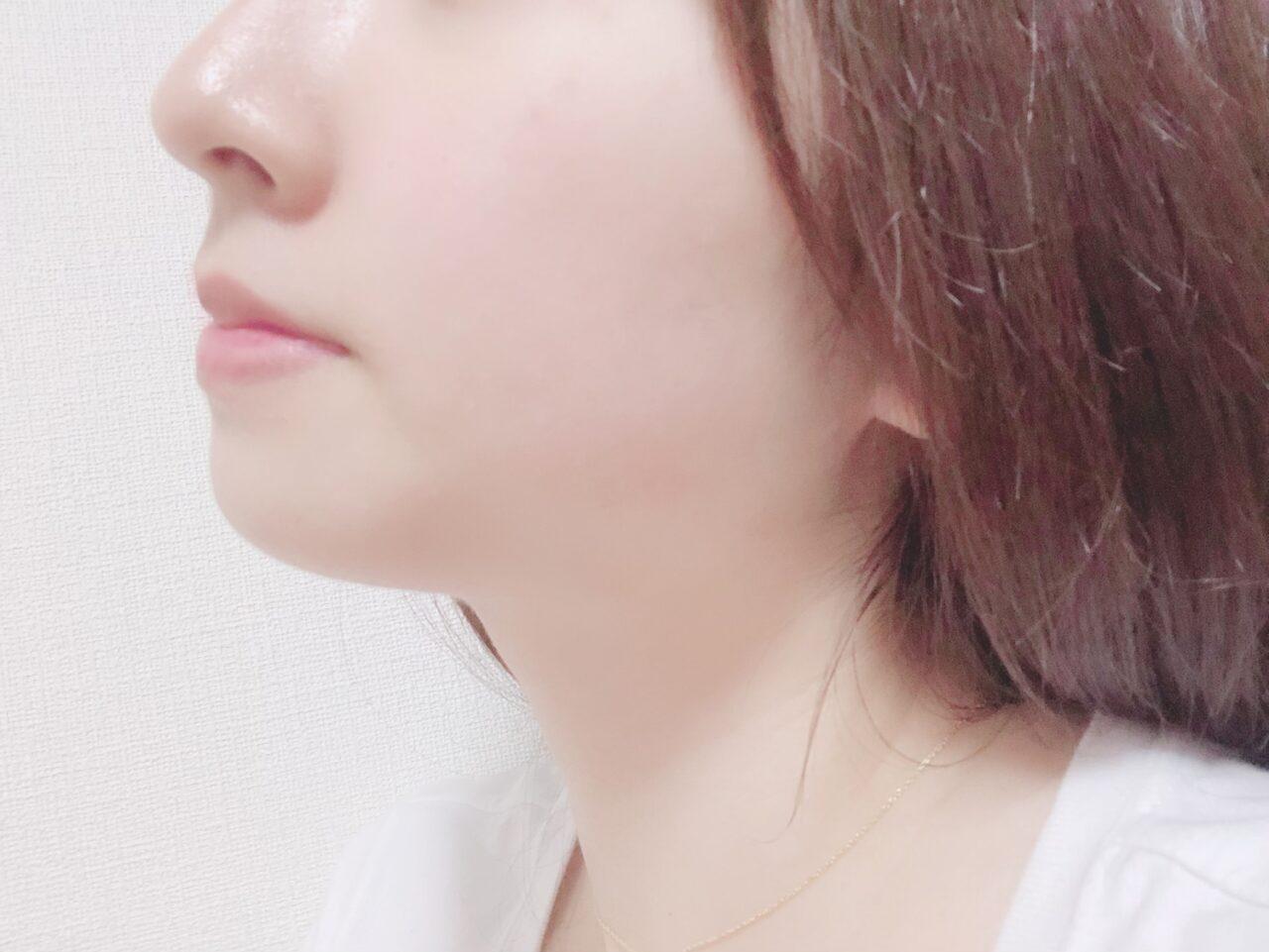女性の横顔の鼻、口元が目立つ写真