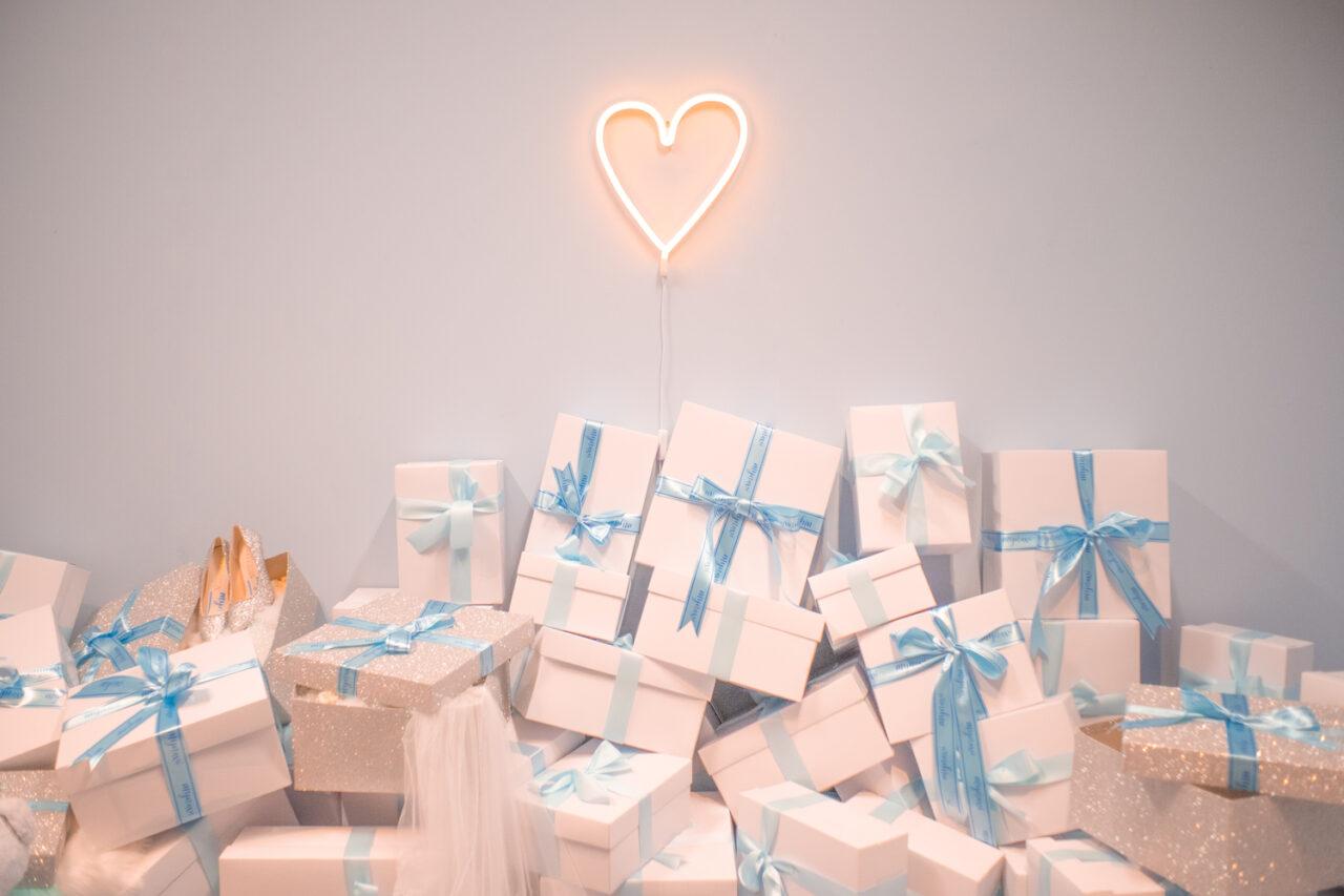 淡いブルーのリボンをかけたプレゼントボックスが多数並んでいる