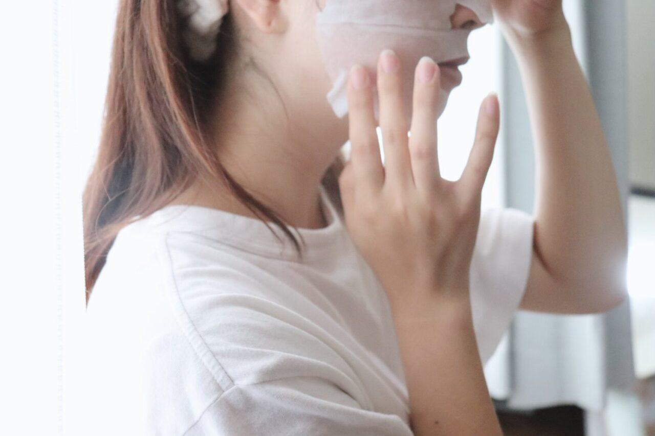 顔にパックを塗った女性の横顔