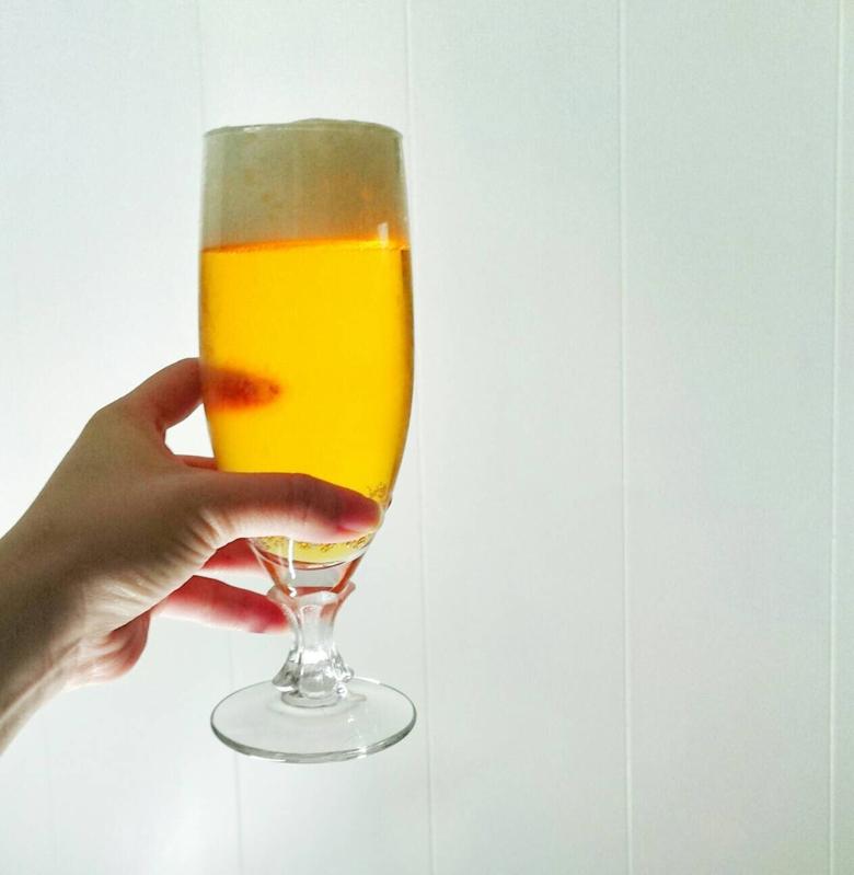 ビールグラスを手に持つ女性の手