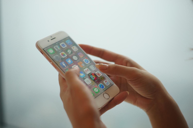 スマートフォンを操作する女性の両手