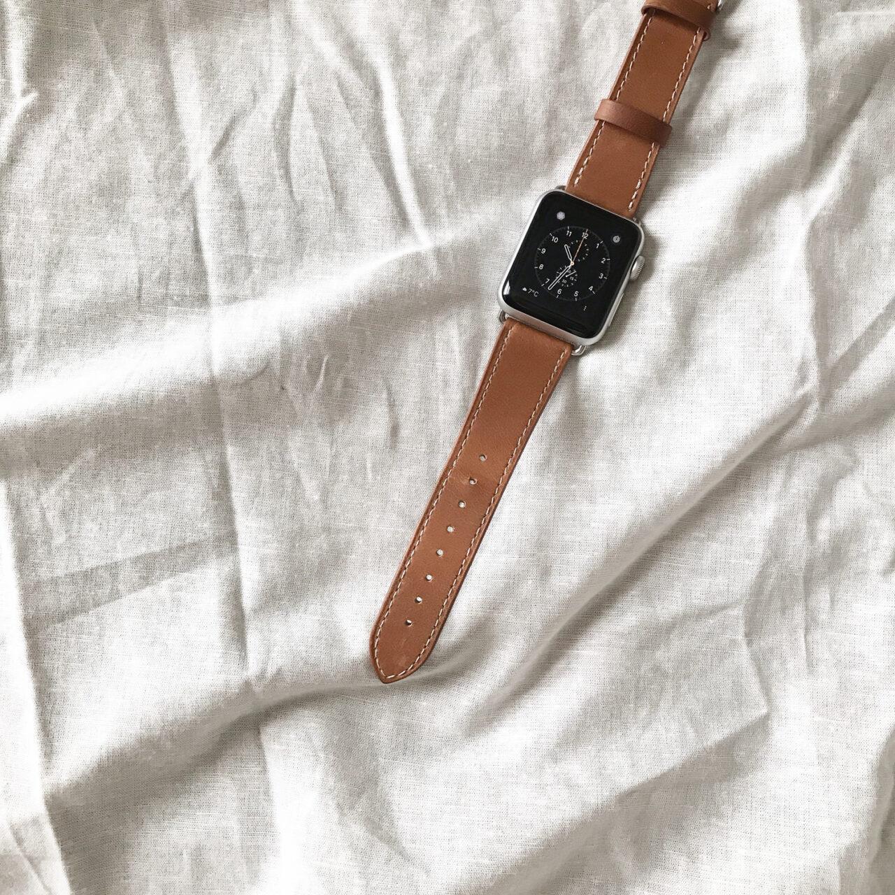 ベッドの上に腕時計が置かれている