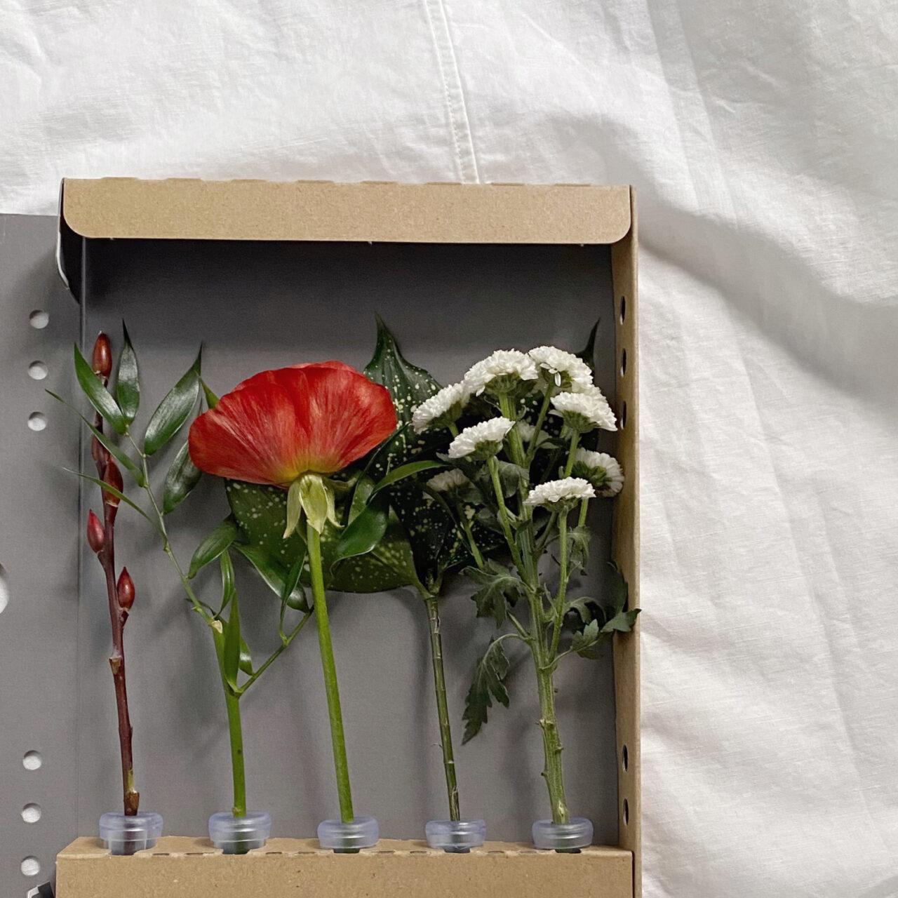 箱の中に花が立てられている