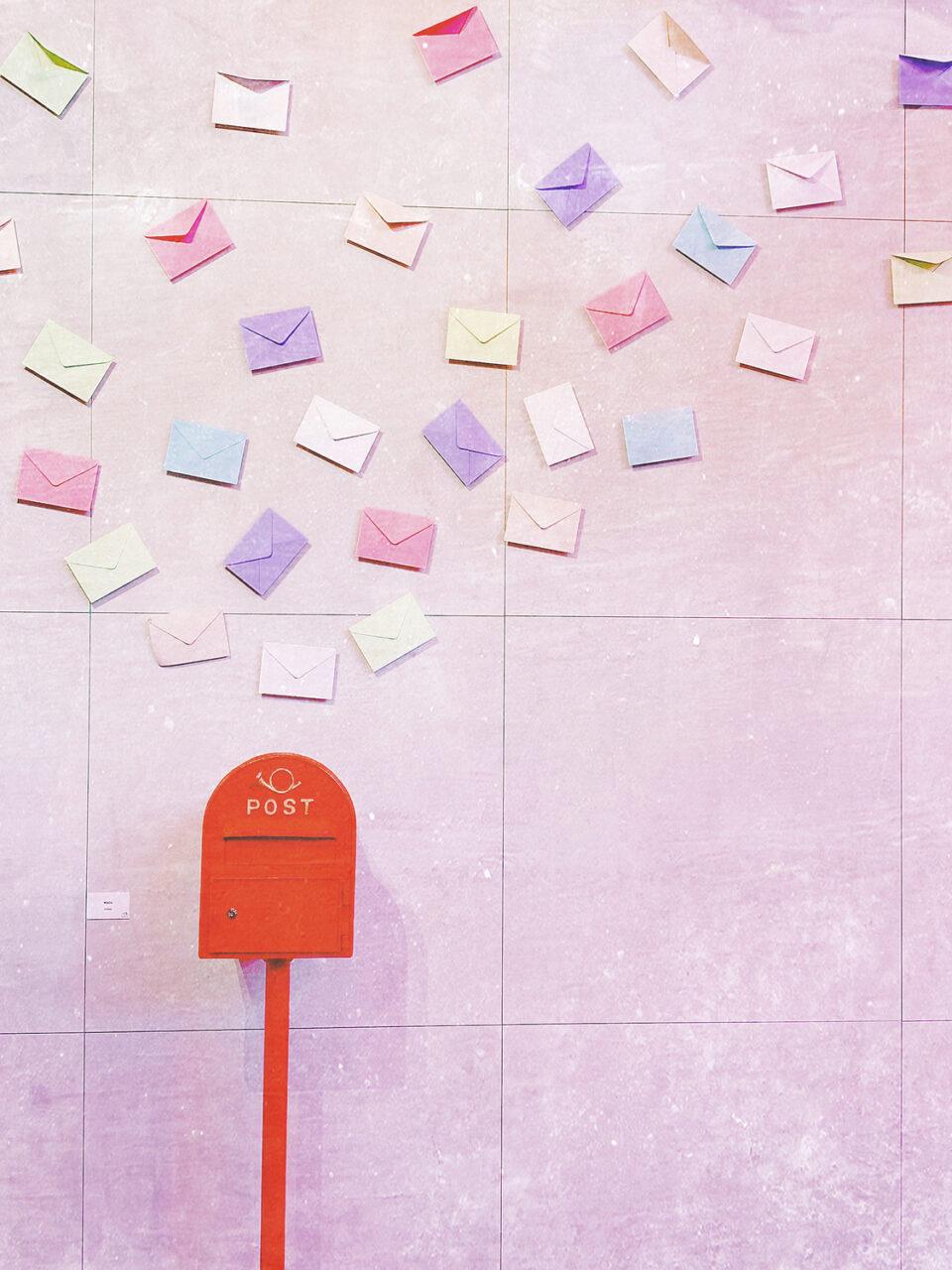 郵便ポストに集まる複数の手紙