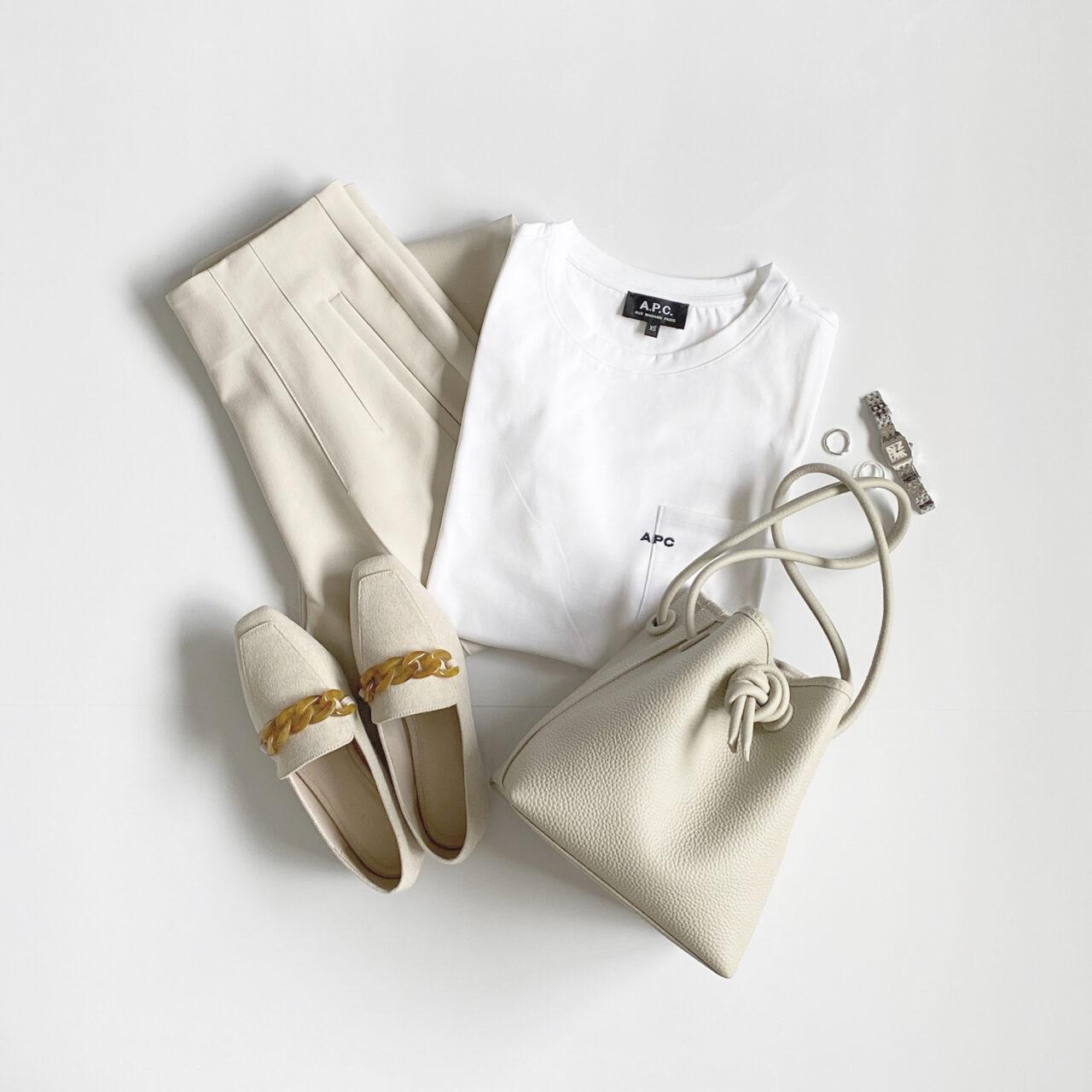バッグ、靴、Tシャツなど白い服や小物が並んでおかれている