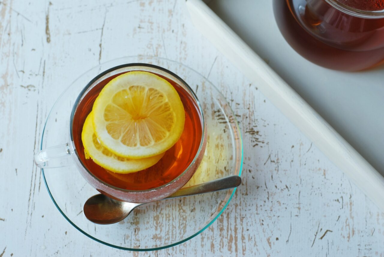 レモンの入ったお茶がガラスの器に入っている