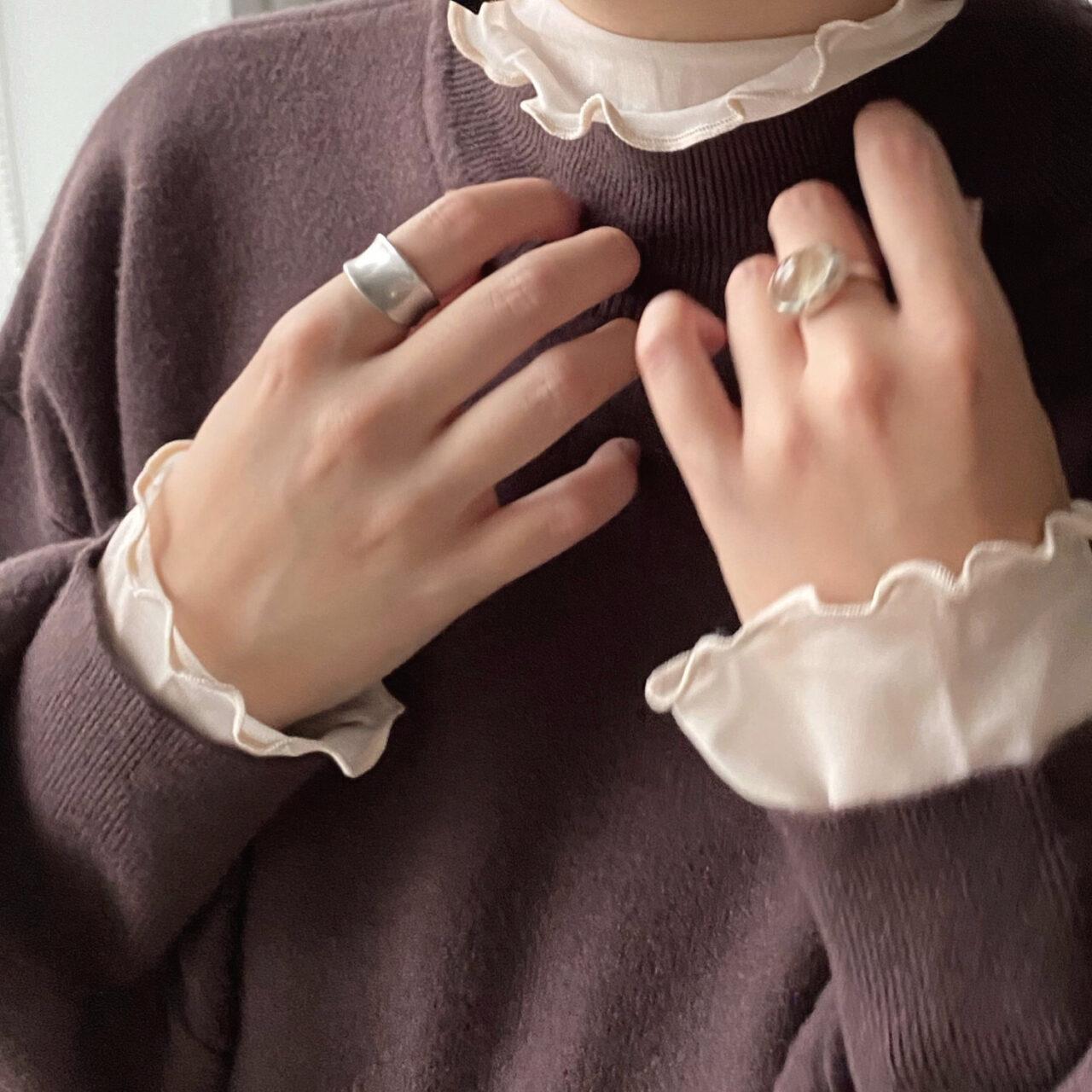 指輪を複数した女性のバストアップ写真