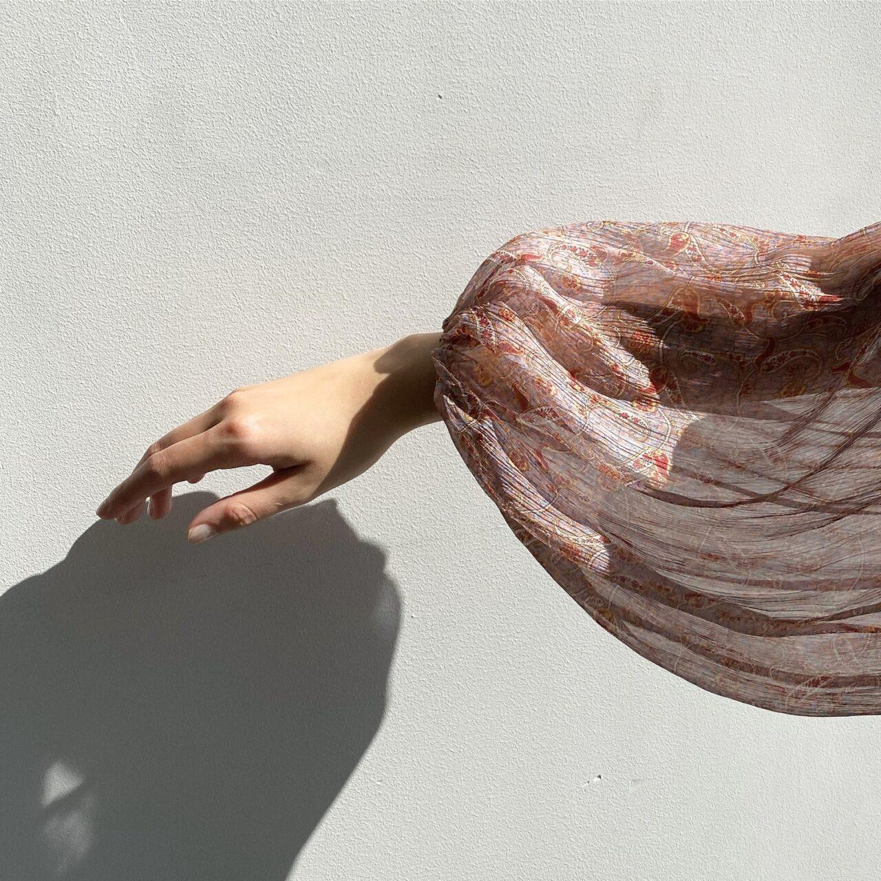 透けた服を着た女性の手先