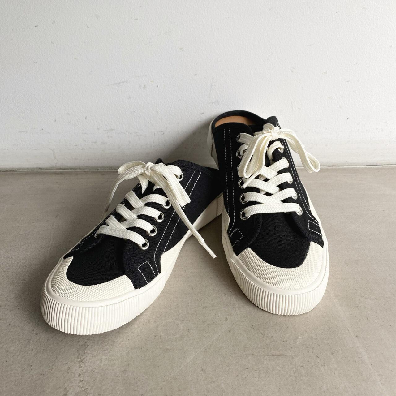 黒と白のモノトーンのスニーカー