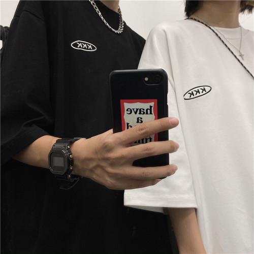 ロゴTシャツを着た男女