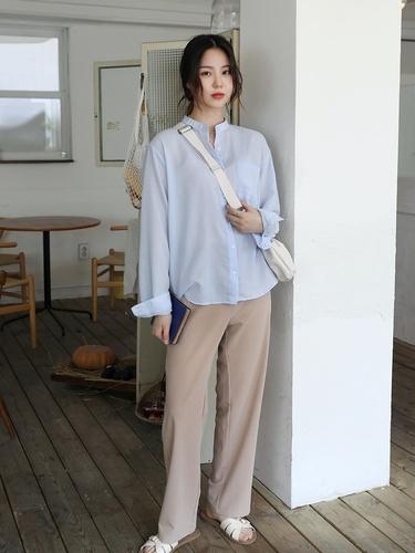 マニッシュな雰囲気のヘンリーネックルーズシャツを着こなす女性 m.about