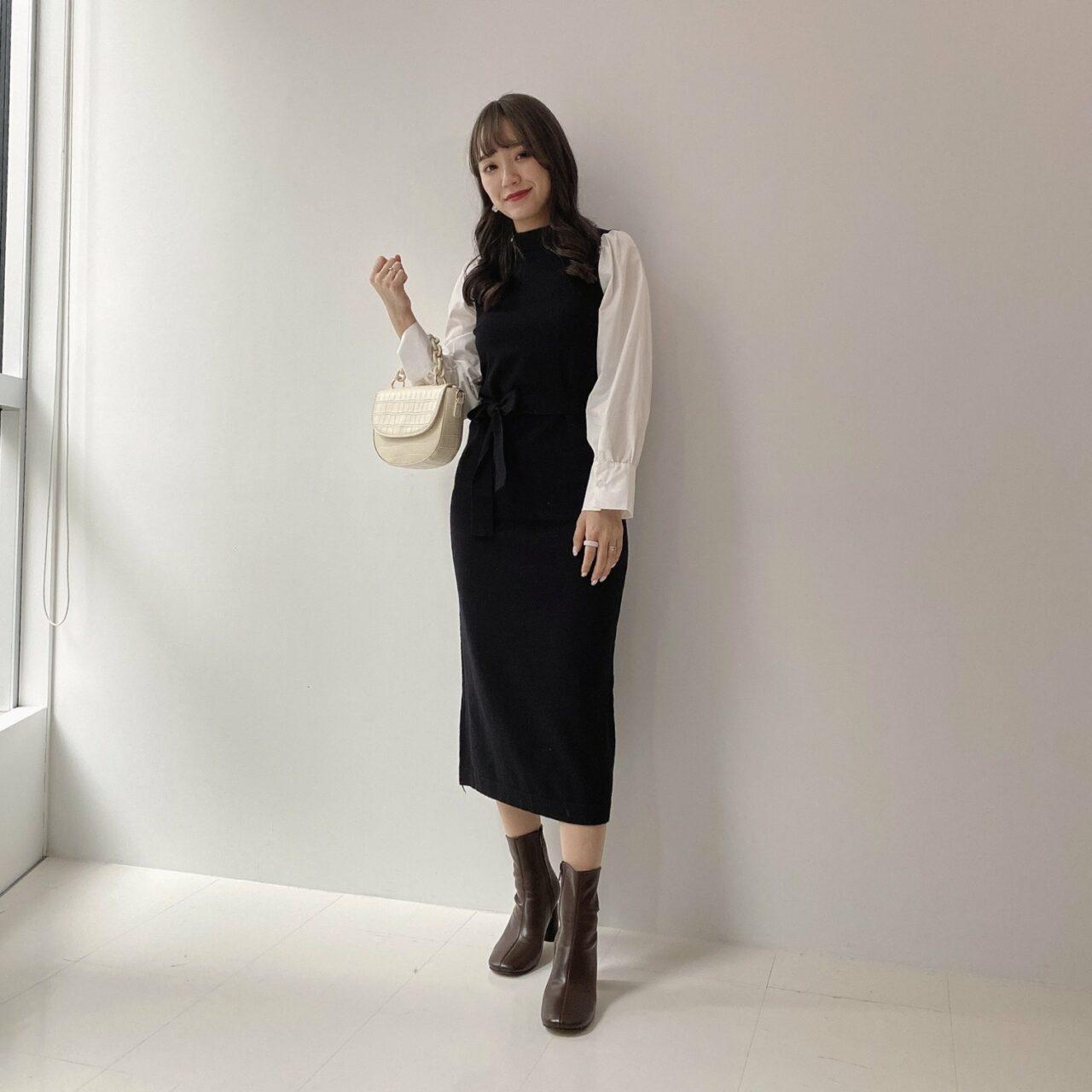 大人可愛い雰囲気を演出するドッキングニットを着た女性