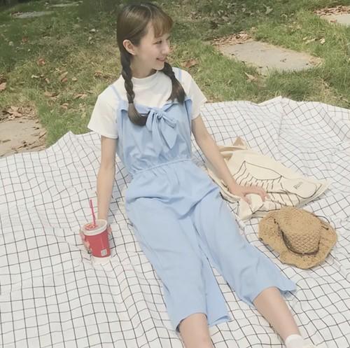 リボンのオールインワンを着たピクニック中の女性