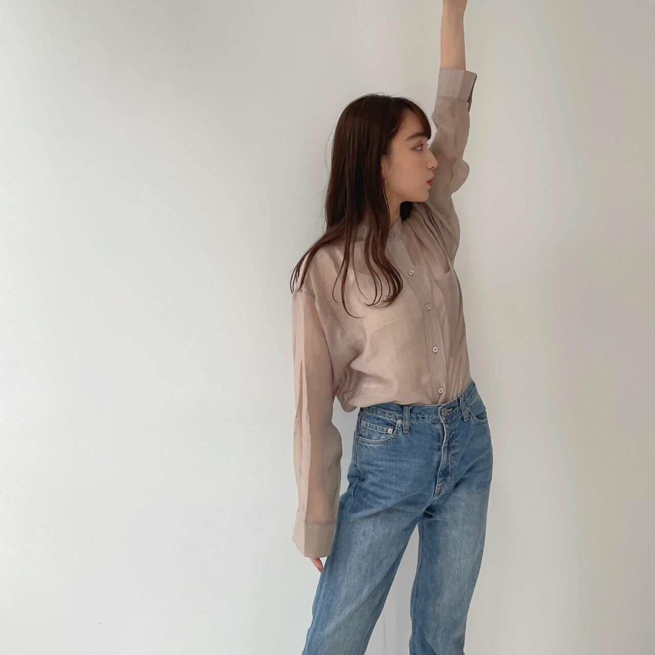 透け感のあるシアーシャツとデニムパンツを履いた女性/ MERY Shop