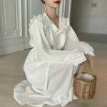 純白のワンピースを纏ったちょこんと座る女性