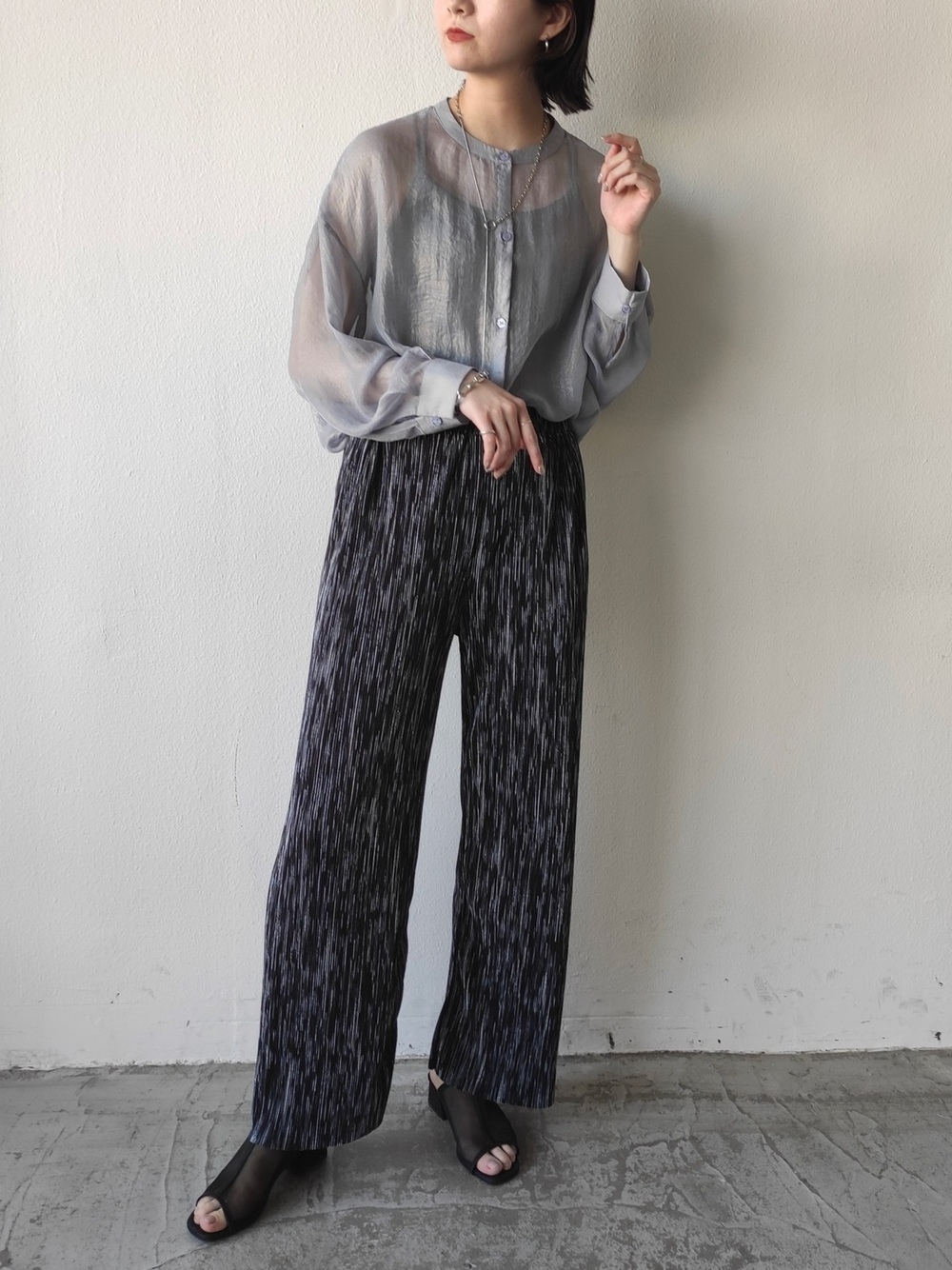 _流行のシアーシャツは大人っぽいグレーを選んで、全体に引き締め感を
