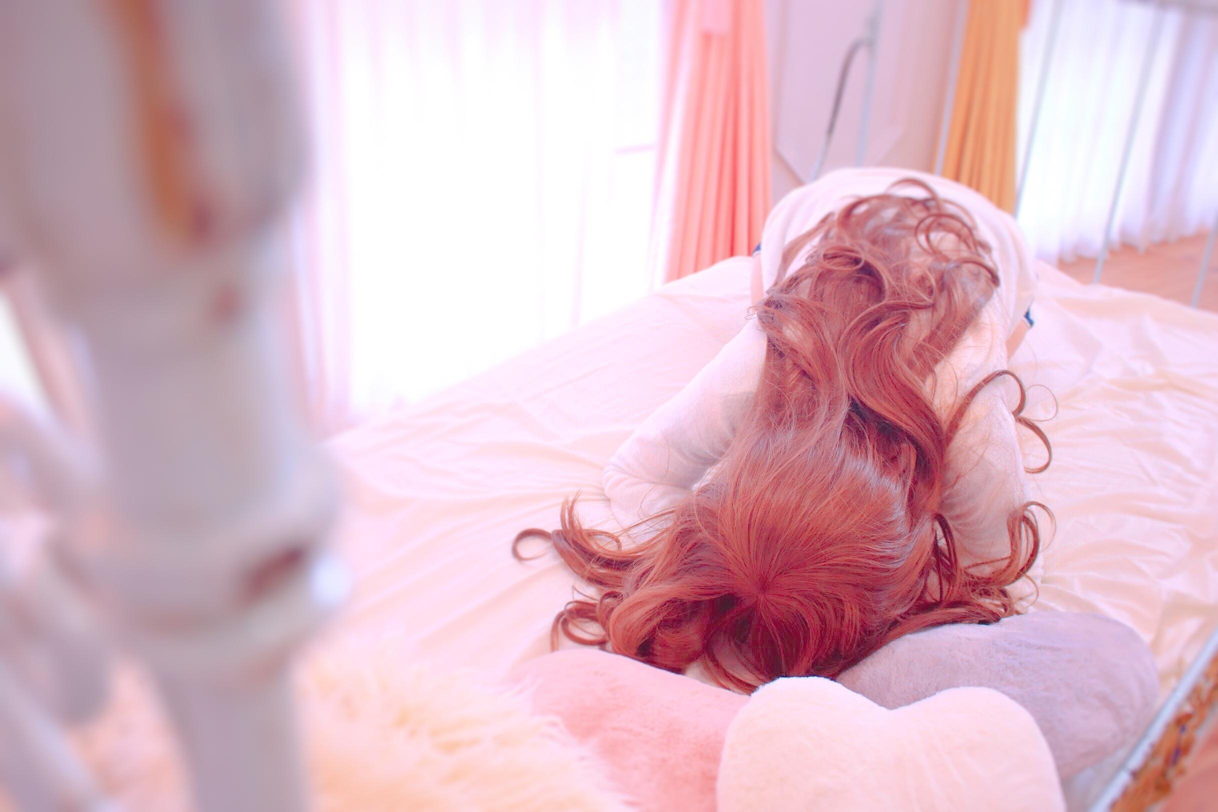 朝、爆発ヘアと一緒に起きる…。寝る時、髪の毛もダメージを受けるの?