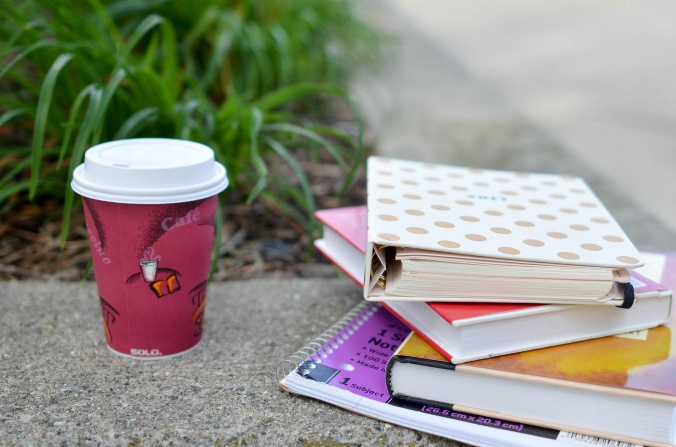 積まれた本とコーヒー